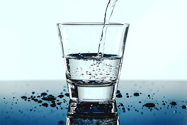 borrar-ojeras-tomando-agua